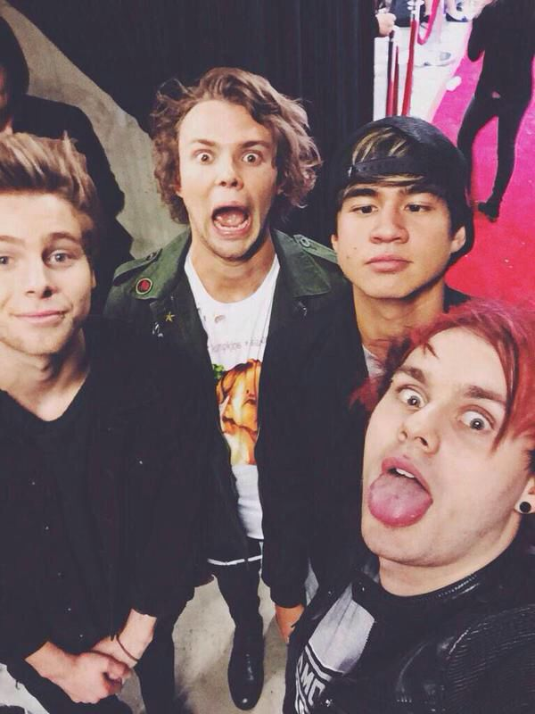 i feel like all i pin is pictures of luke so here's a cute little group pic for you guys ^-^