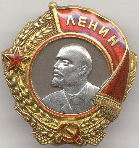 2º.-La Orden de Lenin.  La Orden de Lenin (Orden Lenina), llamada así por el líder de la Revolución rusa, fue la segunda condecoración nacional en orden de importancia de la Unión Soviética y la más alta condecoración civil. La Orden era otorgada:  A los civiles, por servicios destacados al Estado;A los miembros de las fuerzas armadas, por servicio ejemplar;A los promotores de la amistad y la cooperación entre los pueblos y el fortalecimiento de la pazPor otros servicios meritorios al…