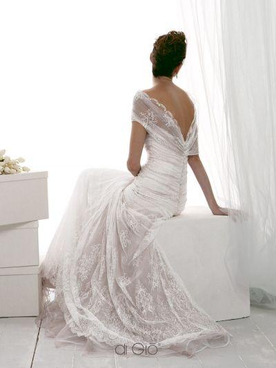 Abito in pizzo delicato color bianco e malva con vita scesa e gonna arricciata. White and mauve lace dress for a delicate look. Dropped waist and gath...
