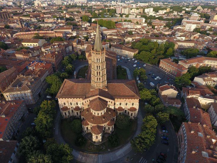 Voilà des images rares et magnifiques de la basilique Saint-Sernin qui devraient ravir les amoureux de la Ville rose.La semaine dernière, Thierry Coffy a piloté un drone qui a effectué un survol de la Basilique Saint-Sernin, à Toulouse. Le survol,...