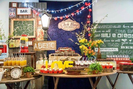 A decoração de um chá bar segue a mesma ideia da decoração de um chá de panela: dá para escolher um tema ou simplesmente enfeitar a festa da forma que você preferir. Use sua criatividade e envolva o noivo e os amigos no processo. (;