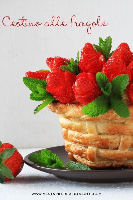 Cestino di pasta sfoglia con pan di Spagna, crema chantilly e #fragole #cake #creative #spring #strawberry