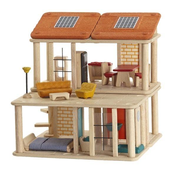 Ett miljösmart dockhus med möbler och solpaneler. Huset kan byggas om i totalt 10 olika varianter. Ett ekologiskt dockhus tillverkat av prisbelönta Plantoys.