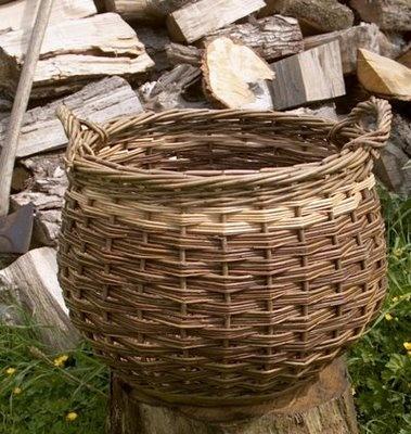 Contemporary log willow basket                                                                                                                                                                                 Mais