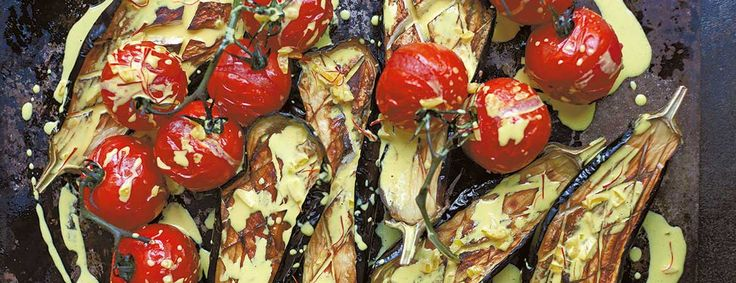Het recept voor deze aubergines uit de oven met tomaten & saffraanroom komt uit het boek Simpel van Diana Henry. Zacht, sensueel en met een volle smaak.