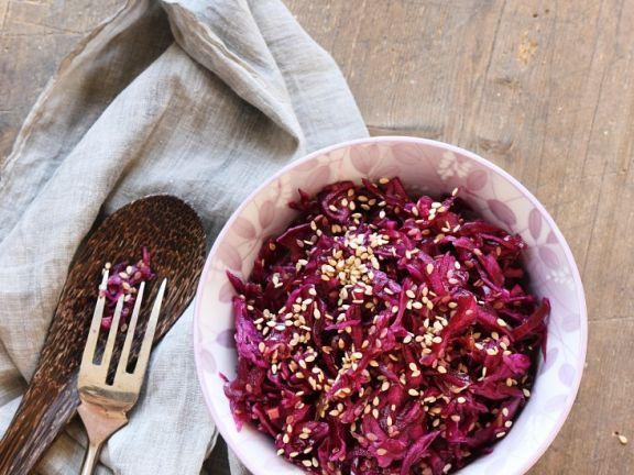 Fruchtiger Rotkrautsalat mit Sesam ist ein Rezept mit frischen Zutaten aus der Kategorie Gemüse. Probieren Sie dieses und weitere Rezepte von EAT SMARTER!