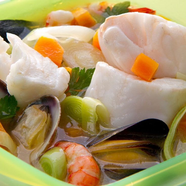 In the wake of Easter, there are many who exchange meat for fish, do you need ideas? In just 10 minutes you can have a fish soup ready! INGREDIENTS -350ml of fish stock 1 carrot ½ leek 1 clove garlic 2 tablespoons olive oil 50 gr. Clean hake 50 gr. Clean monkfish 2 prawns 2 mussels 3 clams A few leaves of parsley Salt STEPS: -Add to the box the vegetables cut in julienne and cook in the microwave at 600W for 2 min. -Draw the fish and place it in the box next to the clams, mussels, broth and…