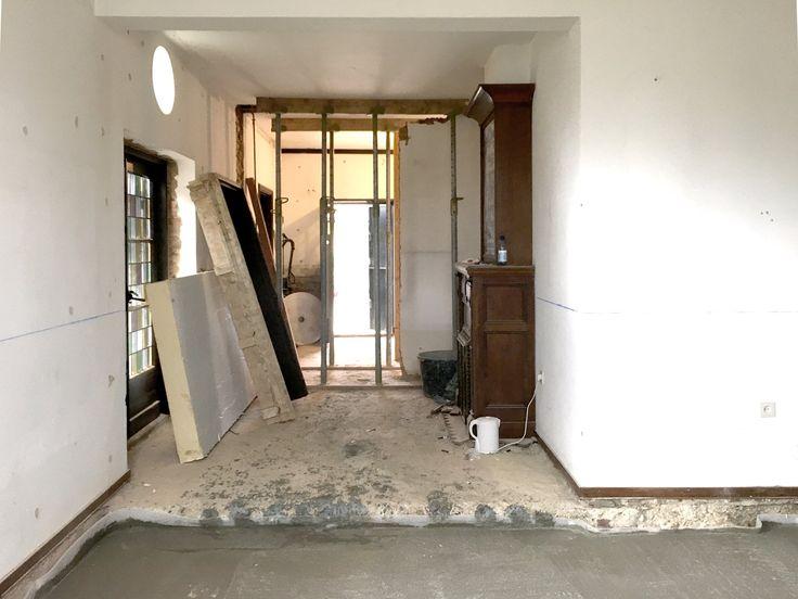 Uitvoering, de doorgang waar de nieuwe keuken geplaatst wordt, gezien vanuit de eetkamer. #mergel #huis #renovatie #verbouwing #denieuwecontext #joeyrademakers #roelslabbers #bergenterblijt #bouwen #limburg #monument #schuur #aanbouw #hout #gevel #interieur #exterieur