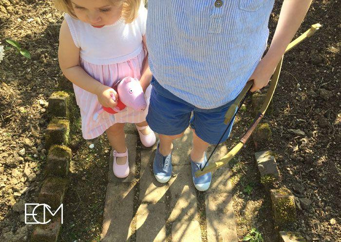 zapatos españoles, sesión de fotos, , moda infantil, zapatos niños, zapatos bebé, merceditas rosa, pisamonas zapatería infantil, zapatos verano , hermanos, peppa pig