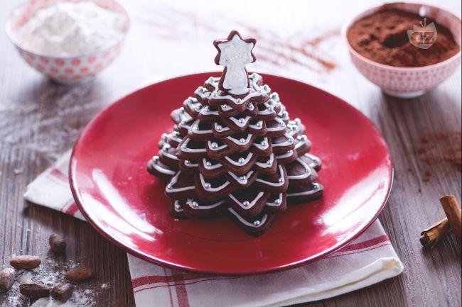 L'alberello di biscotti al cacao è una scenografica e golosa merenda natalizia, perfetta per grandi e piccoli!