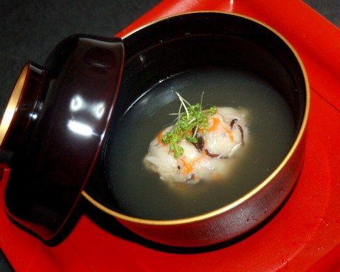 蓮根と山芋を下ろして、にんじん、キクラゲ、揚げにんにくを加えた飛竜頭のすまし汁。