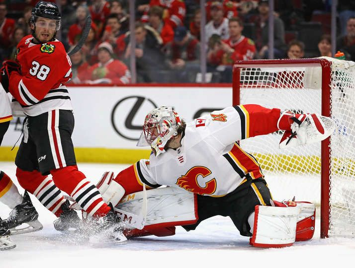 CHICAGO, IL - FEBRUARY 06: Mike Smith #41 of the Calgary Flames makes a save against Ryan Hartman #38 of the Chicago Blackhawks at the United Center on February 6 2018 in Chicago, Illinois. (Photo by Jonathan Daniel/Getty Images)