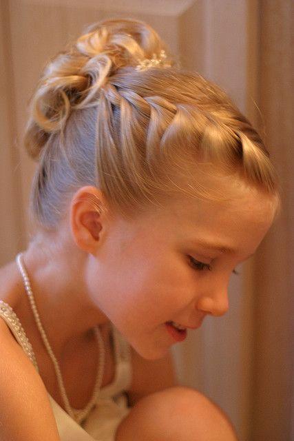 Dica de penteado para sua daminha !: Hair Ideas, Braids Hairstyles, Hair Flowers, Girls Generation, Hair Style, Flowers Girls Updo, Flowers Girls Hair Braids, Flowergirl, French Braids Flowers Girls
