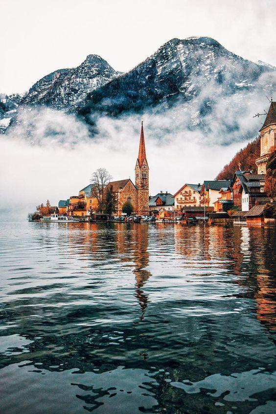 Gélida vista de la ciudad de Hallstatt, Austria