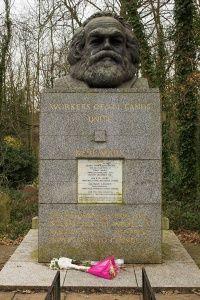 La tomba di Marx al cimitero di Highgate a Londra.