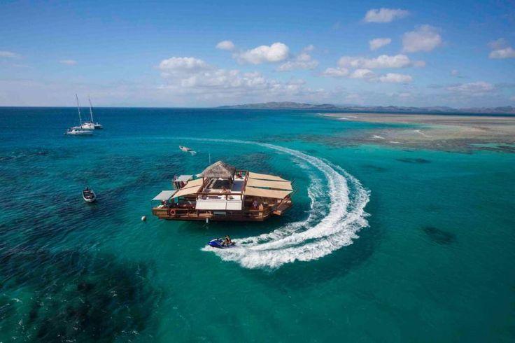 Türkisblaues Wasser, weißer feiner Sand, wohin man auch läuft, dazu Sonne nonstop: Gründe für eine Reise zu den Fidschi-Inseln gibt es viele. Doch es gibt einen Grund, der könnte alle anderen in den Schatten stellen: Cloud 9, eine schwimmende Pizzeria! Richtig gelesen: Pizza. Auf dem Wasser. In der Sonne. Mitten in der Südsee.
