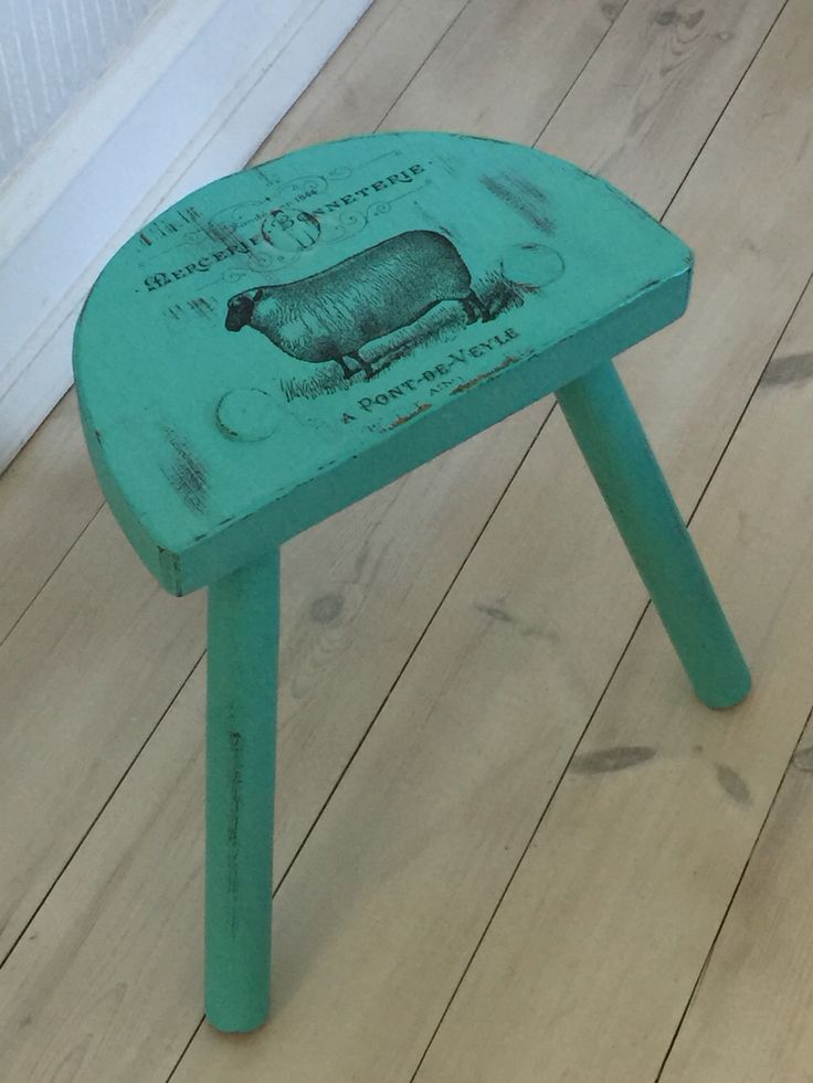 Little brown three legged stool changed into a real cute little turquise gem. Painted with Nordic Chic chalk & mineral paint. #ecofriendly #bestpaintintheworld #artisanenhancements #transfergel #nordicchic #hastobenordicchic