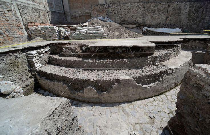 El Instituto Nacional de Antropología e Historia (INAH) informó este miércoles sobre el hallazgo del Templo de Ehécatl-Quetzalcóatl y una estructura del Juego de Pelota, donde de acuerdo con crónic…