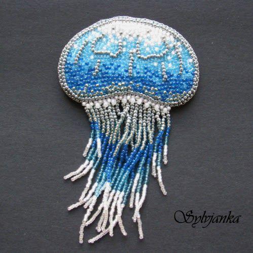 Biżuteria wykonana haftem koralikowym i haftem sutasz