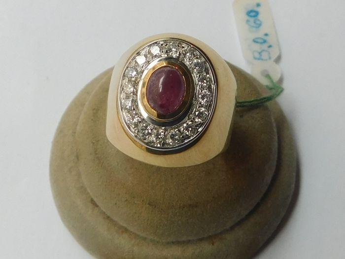 Ring in 18 kt goud met diamanten 0.4 ct en ruby - innerlijke meting: 175 mm  De ring werd gemaakt door de Donati juwelier. Het meet 175 mm intern extern 20 mm. Het onderste deel is 6.5 mm breed en 1.4 mm dik. Het bovenste deel is ovaal en heeft een 0.7 ct cabochon geslepen robijn in het centrum omgeven door een krans van 16 briljant geslepen diamanten 0025 ct voor een totaal van 0.4 ct duidelijkheid VS kleur ik. Het item weegt 135 g. Het zal worden verzonden met tracking en verzekering.  EUR…