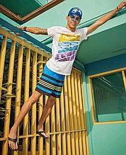 кепка, бейсболка, мужская, синяя, с принтом, футболка, белая, шорты, мужские, синие, полосатые, выше колен, шлепанцы, вьетнамки, черные