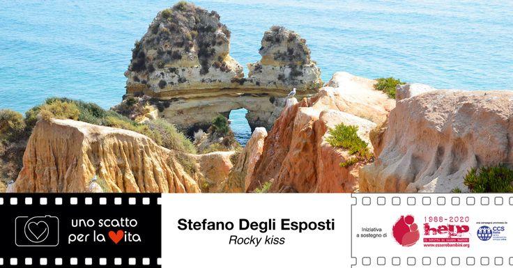 """""""Rocce della costa portoghese dell'Algarve che simulano un bacio"""". Stefano Degli Esposti per #unoscattoperlavita, progetto di #easyofficebologna a sostegno della campagna HELP! di #CCSItalia ▶▶▶▶ http://goo.gl/ZsMGzE"""