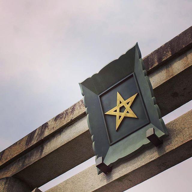 seimeijinja 【一の鳥居】  京都のメインストリートのひとつである堀川通りに面して立っています。晴明神社の玄関口でもあるこの鳥居は大きな目印ともいえるでしょう。  額に掲げられた金色に輝く社紋「晴明桔梗」が特徴的です。 鳥居の額には、神社名やお祀りしている神様の名前を掲げることが多く、社紋が掲げられているのは全国的にも珍しいものといわれます。 「晴明桔梗」は、「五芒星」とも呼ばれ、晴明公が創られた陰陽道に用いられる祈祷呪符のひとつです。  #晴明神社 #京都 #一の鳥居 #社紋 #晴明桔梗 #五芒星  2017/04/17 06:00:35