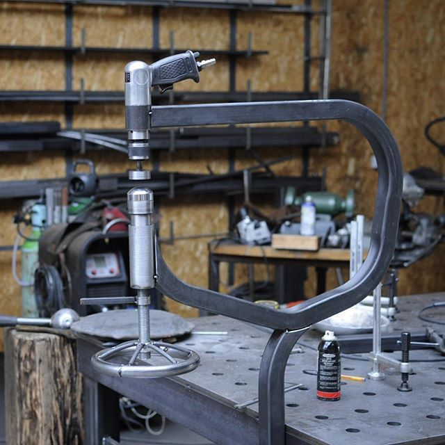 """Machines to make machines to make machines, chapter four: """"A planishing hammer mockup."""" Listen; when you turn this, that goes up, and to stop it from going down when the thing goes ratatatata you pull there. Easy! Let's finish it up on monday and then see where this trail leads us. There's a party at the Rusty Gold Shop tomorrow, celebrate! @rustygoldmotorshop #amsterdam #metalshaping #panelbeating #planishinghammer #hammeron #tincanlovesyou #unchainedmelody #everlybros"""