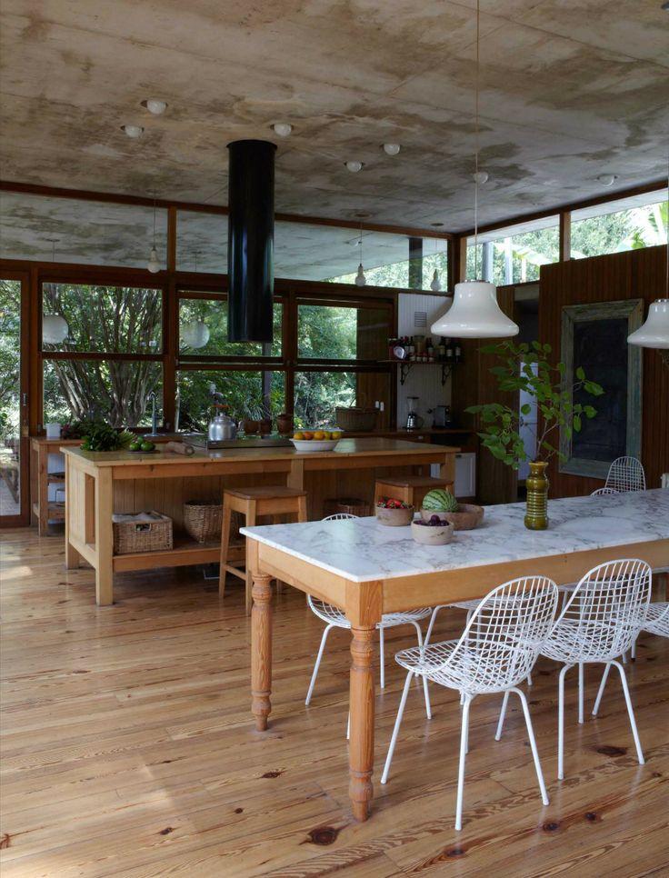 Así es Casa Máspero  La mesa del comedor es de pinotea y mármol de Carrara, recuperado de una demolición.