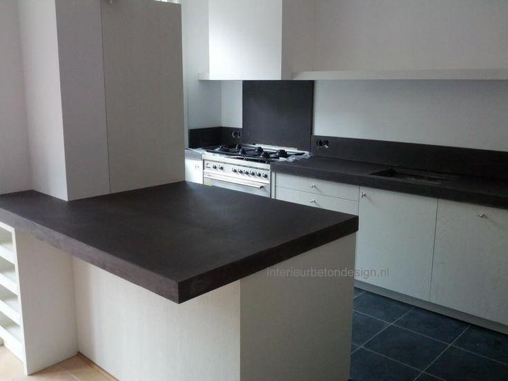 Mooi donker betonnen aanrechtblad in deze keuken | Donker en licht | De gezelligheid in deze keuken bracht de klant later zelf nog aan