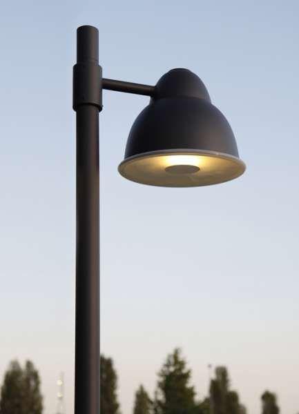 biblio palo | Viabizzuno | aparato de iluminación para exteriores en los acabados inox pulido, pardo antiguo, negro noche, scurodivals, gris plata arenado y oxidado. en el palo de 3000mm o 4000mm de longitud fuera de tierra se pueden montar uno o dos cuerpos de iluminación, con cableado para lámparas halógenas / led E27 de 150W como máximo, de vapores de halogenuros G12 70W o lámparas fluorescentes de ahorro energético GX24q-4 42W. bajo pedido está disponible el vidrio de protección dotado…