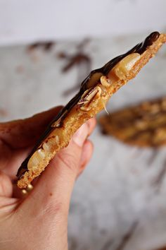 De här kakorna alltså! Livsfarliga! Kakan är så lätt att göra, endast 3 ingredienser behövs! Sånt gillar vi lätt, gott, och enkelt! Du vispar ihop jordnötssmör, socker och ägg, that´s it! Uppe på kakan kokade jag en ljuvlig kola som toppas med jordnötter och mörk choklad, mums! Här hittar ni ett annat recept som är [...]