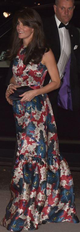 Qui a fabriqué les pompes de plate-forme noires de Kate Middleton et la robe à imprimé floral rouge?