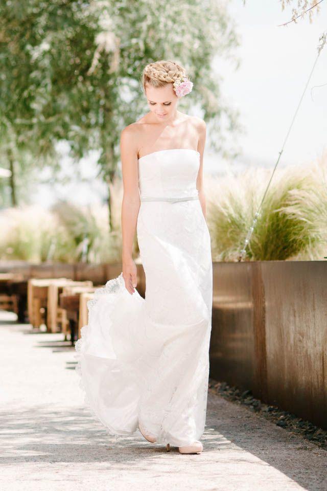 Nicht nur wunderbar Figur schmeichelnd sondern auch wunderbar trendy mit außergewöhnlicher Spitze - Kate, unser A-Linien Hochzeitskleid! Hier mit blauem Ledergürtel kombiniert!