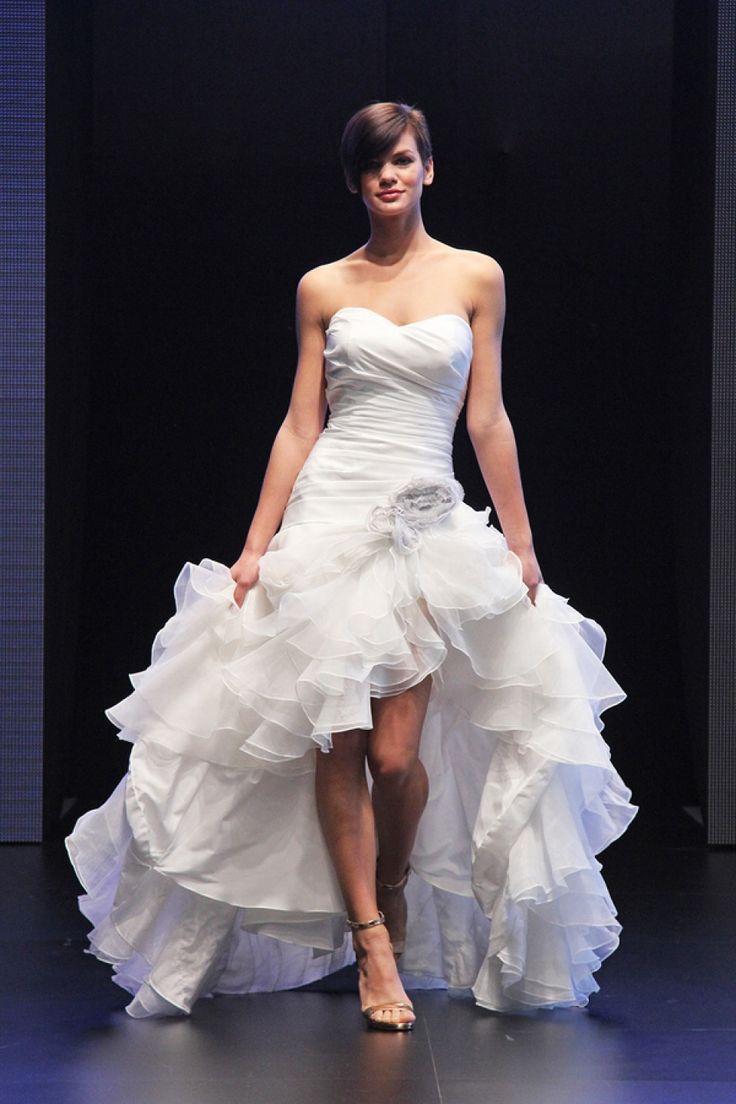 Brautkleid, das vorne kurz und hinten lang ist