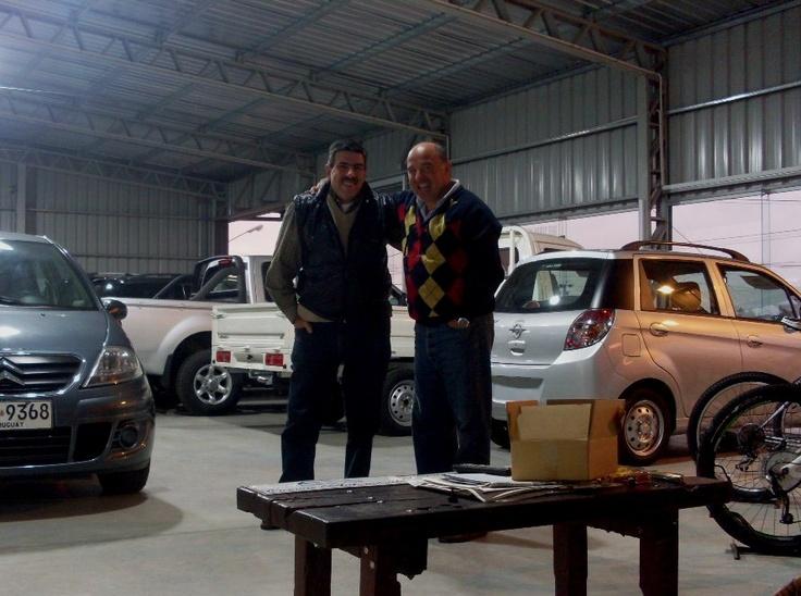 Año 2012: junto a Eduardo Cuevas -de Eduardo Cuevas Automóviles, de Trinidad- en su gran Salón Exposición.