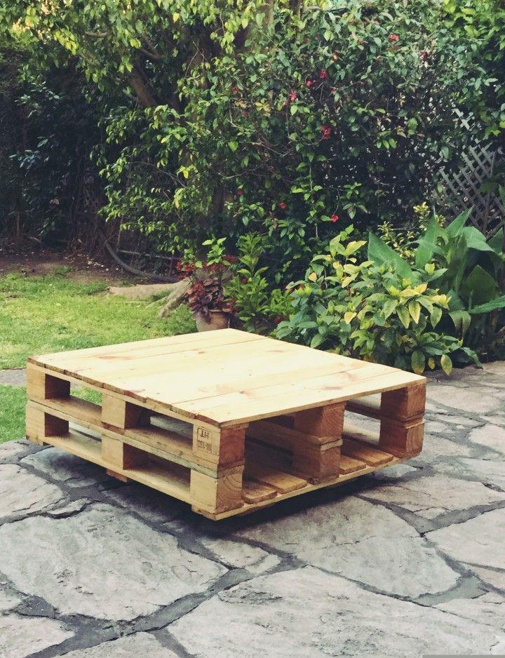 Mesa ratona con revistero. Realizada 100% con Pallets reciclados seleccionados. Con patas o estilo flotante.