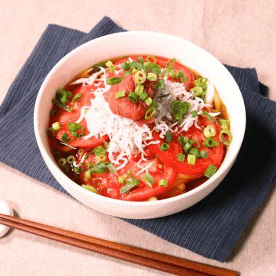 「トマトたっぷり!梅しらす冷製うどん」の作り方を簡単で分かりやすい料理動画で紹介しています。さっぱりした酸味が効いた冷製うどんです。トマトとポン酢、梅干しのスッキリとした酸味がくせになります。暑い日、さっぱりしたものが食べたいときにもオススメのレシピです。簡単にさっとできるので時間がないときにもオススメです!