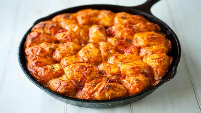 Skillet Pizza Monkey BreadMonkeys Pizza, Iron Skillet, Pizza Monkeys Breads, Meat Add, Fav Meat, 20 25 Minute, Skillets Pizza, Pizza Sauces, Cups Pizza