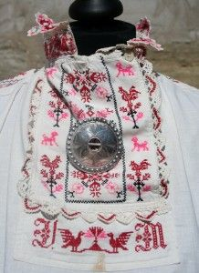 traditional features on the shirt from Muhu Island (rahvarõiva pluus)