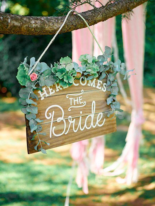 cartel madera Here comes the Bride www.bodasdecuento.com