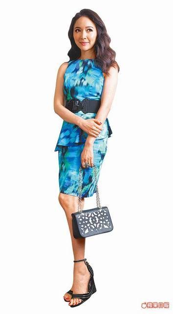 蔡依倫穿有著海洋度假色調的Anne Fontaine印花洋裝2萬3000元、包1萬4950元