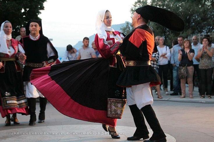 """L'abito maschile e femminile di Nuoro nello scatto di @maddalena.cicalo, con la donna inconfondibile con """"Sa Benda"""", copricapo che ricopre gran parte del viso, creata attraverso tessuti di lino o di cotone e per l'uomo """"sa berritta"""" il copricapo di orbace o panno lungo 70-80 cm e il tradizionale motivo rosso porpora de """"su zippone"""", il giacchetto."""
