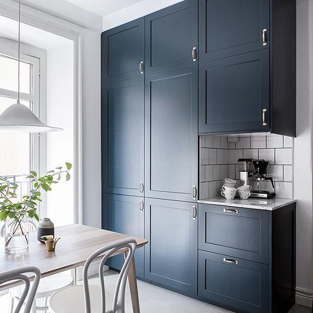 Mörkblå P1 luckor med bänkskiva i Carraramarmor #pickyliving #p1 #marmor #biancocarrara #mässing #köksluckor #blå #märkblå #ncs #darkblue #blue #kakel #tile #kök #köksrenovering #köksinspiration #kitcheninterior #kitcheninterior #kitcheninspiration #inspirationinterior #decor #interior #interiör #decor