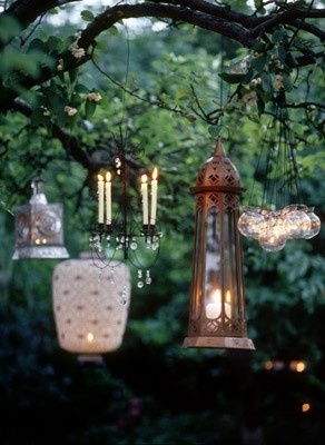 candels & lanterns hanging in the trees..yummieee!