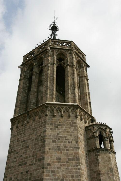 La primera campana que hi va haver a la Torre de les Hores es va batejar com Honorata i va començar a tocar a les sis de la tarda del 18 de novembre de 1393. No va parar fins que una bomba la va ferir durant el setge del 1714. tots els barcelonins sabien que havia arribat la nit quan sentien el Seny del Lladre: llavors es tancaven les portes de les muralles i tothom s'havia de recollir a casa, amb la família, cèl·lula bàsica de la societat medieval.