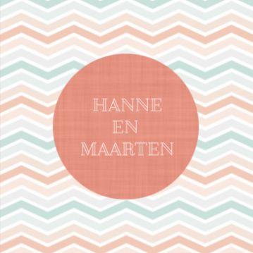 Trouwkaart met retro achtergrond met gekleurd chevron patroon. In het midden grote oranje cirkel met jullie namen.