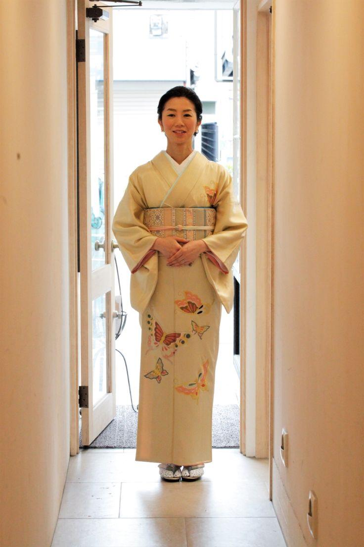 クリーム地蝶々アンティーク訪問着 結婚式 | きもの六花(ricca)は、大阪・北区・中崎町の和裁・着付け・着物販売・着物レンタル・和裁教室・着付け教室・和装婚礼・着物お仕立てのお店です。