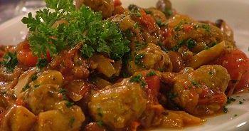 carne di manzo, 1 kg. pomodori freschi, 300 g.  olio o sugna o margarina, 150 g.  cipolla rossa, 1 sale, q.b.  pepe, q.b.  vino bianco, 1 bicchiere  Dosi per: 4 persone Tempo: 120 minuti   Difficoltà: semplice    Preparazione:  1. Riducete in pezzetti la carne dopo averne tolte le eventuali eccedenze di grasso e di nervature. Unitela alla cipolla già abbastanza rosolata. Lasciatela rosolare a sua volta nel tegame coperto girandola di tanto in tanto. 2. Aggiungete, di volta in volta, un po'…