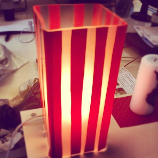 3:e December: Eftersom det börjas julpyntas överallt så tänkte vi tipsa om hur man kan höja mysfaktorn där hemma. Tips: man behöver inte alltid ha traditionella julstakar och julstjärnor vid fönstren utan varför inte låta barnen fixa sin egna ljusstake allt man behöver är en Grönö lampa från Ikea och möbelfolie från Parts of Sweden. Barnen kan lätt göra vilka motiv de vill! Det blir snyggt, modern och man får massor av tid att umgås och ha kul samtidigt som man fixar julpyntet! :) Glöm…